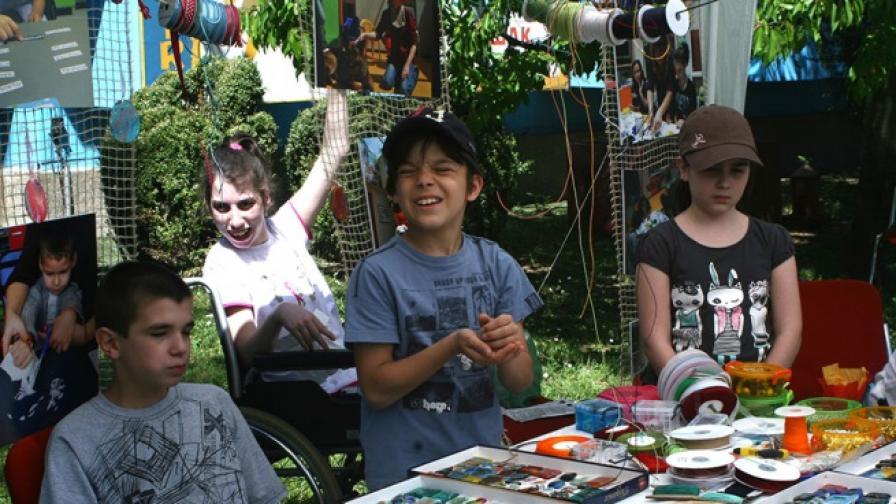 """""""Работилничка на мечтите"""" - деца-доброволци помагат на деца с увреждания в изработването на бижута, които се продават с благотворителна цел"""
