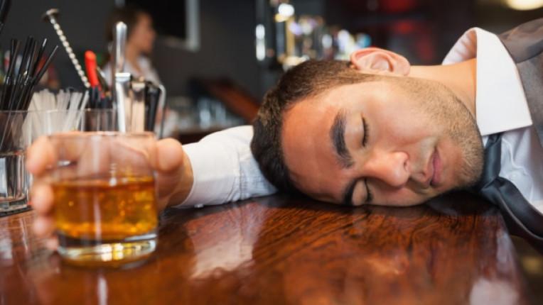 мъж питие алкохол