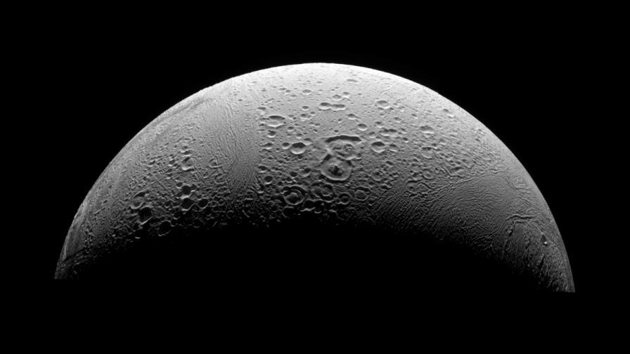 Учени откриха пресен лед на Енцелад