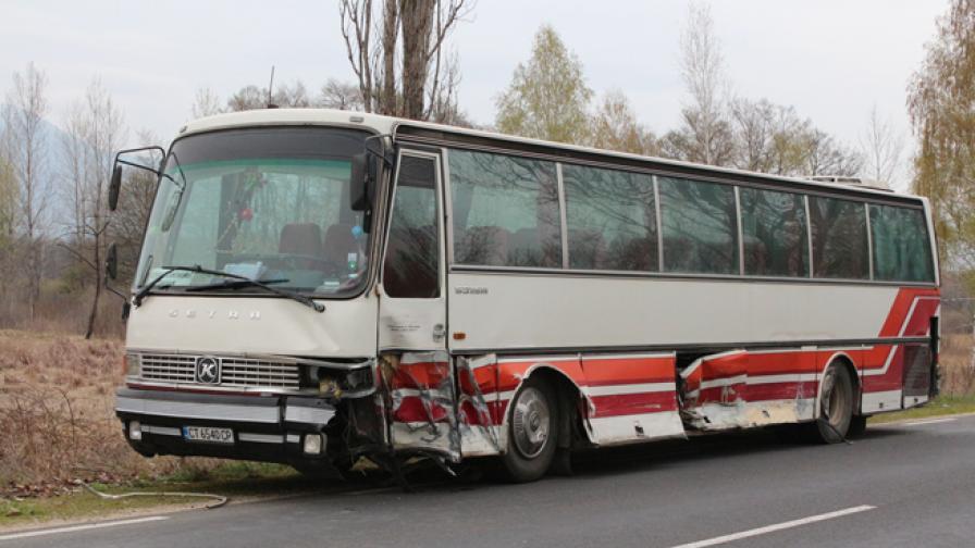 Тежка катастрофа с автобус край Павел Баня, няма жертви