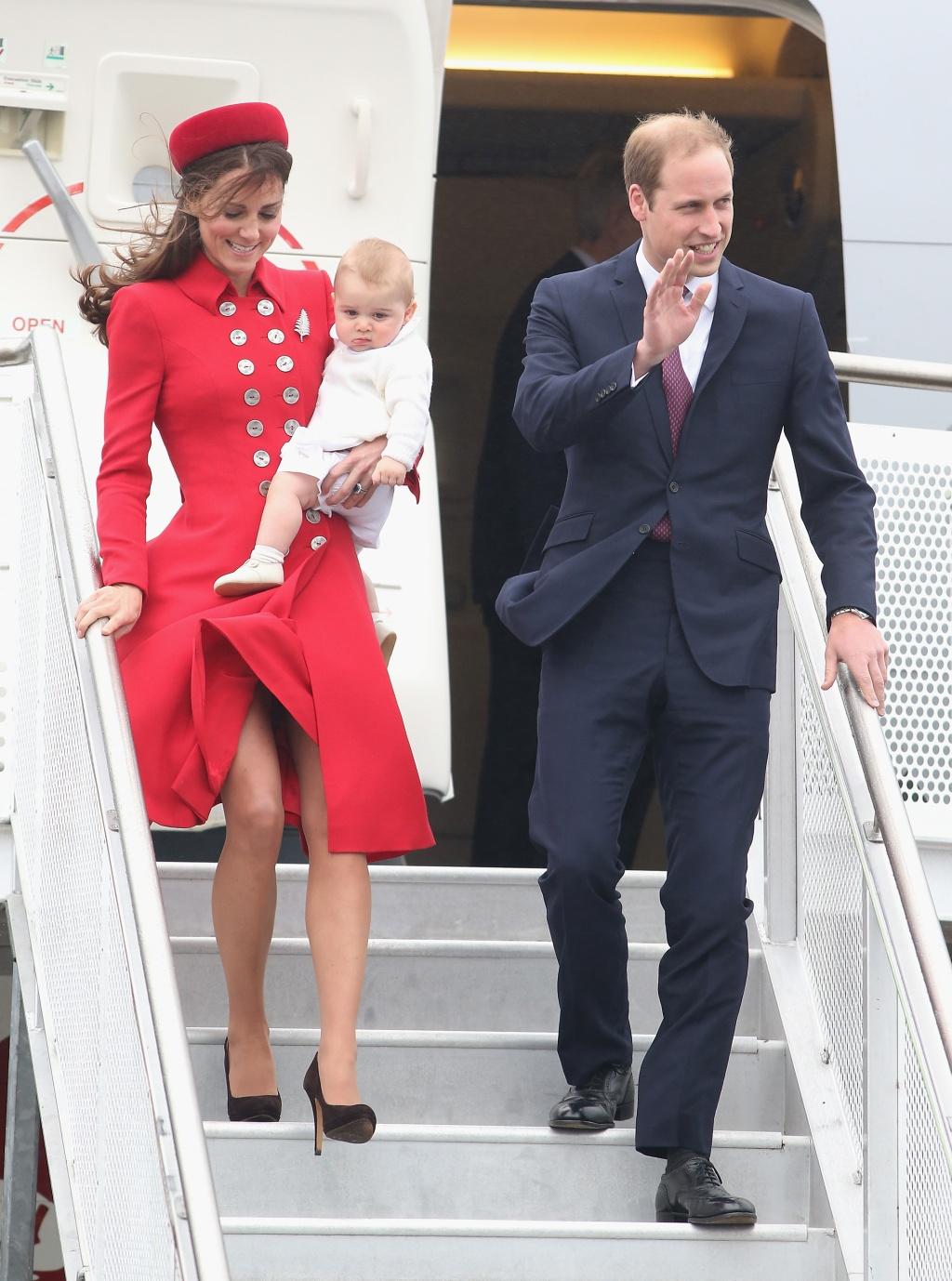Принц Уилям, съпругата му Кейт и малкият Джордж пристигнаха в Уелингтън, Нова Зеландия, в рамките на 3-седмично пътуване, което ще продължи и в Австралия, съобщи Би Би Си. Това е първото официално посещение за 8-месечния принц Джордж. Херцогинята на Кембридж бе облечена в червено палто със златни копчета. Дрехата е дело на британската дизайнерка Катрин Уокър, която била любимка и на принцеса Даяна.