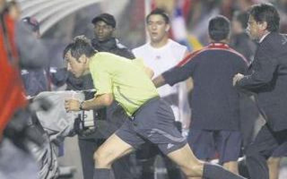 Футболисти и полицаи се млатят на Световното в Канада