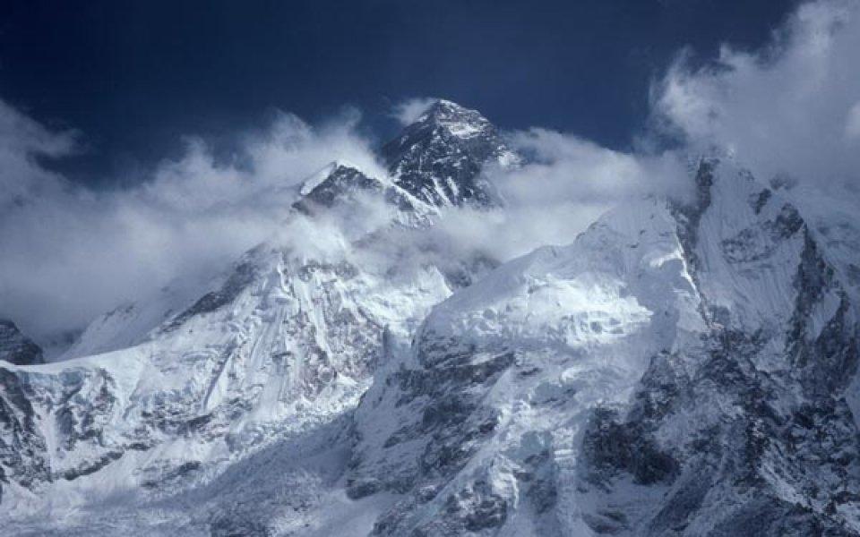 Китайска експедиция качи олимпийския огън на Еверест