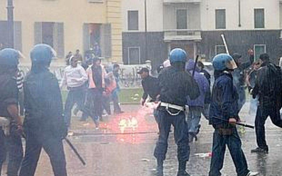Двама полицаи ранени от фенове в Италия