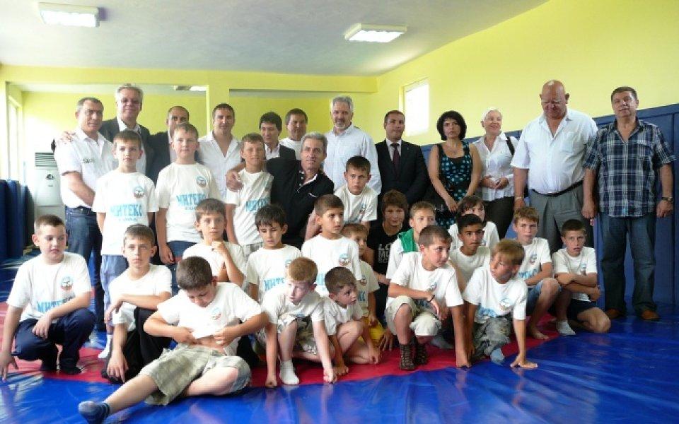 Серафим Бързаков откри зала по борба в родното си село Самуилово