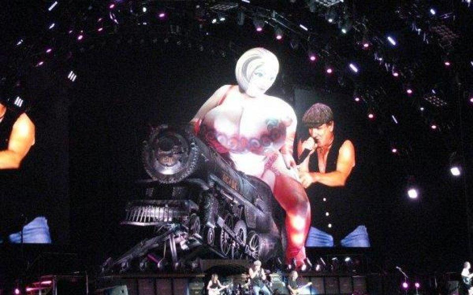 Влакът на AC/DC заглушaва финала за Купата