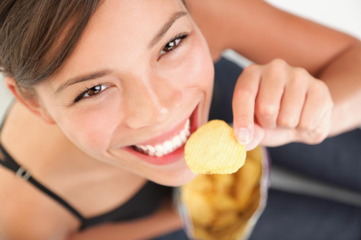 Мерете порциите си. Ако приготвяте храната си вкъщи, то лесно може да регулирате грамажите на всяка ваша порция. Този навик със сигурност ще ви помогне срещу напълняване. Колкото по-голяма е порцията, както и чинията, толкова повече ще искате да се храните. Ето защо някои специалисти дори съветват да се храним в по-малки чинии, защото храната ще ни изглежда достатъчно.