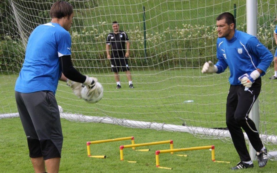 Вратарите на Черноморец тренираха в деня за почивка