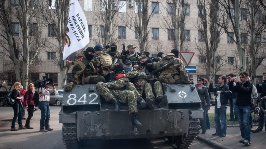 Проруски активисти върху един от превзетите украински танкове в Славянск.