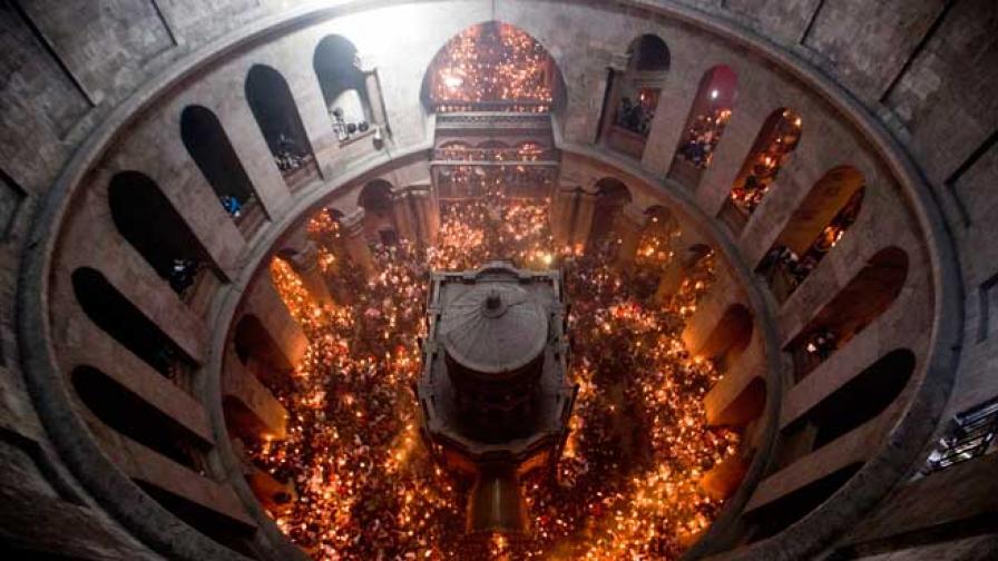 Благодатният огън кацна в България от Йерусалим, пристига в епархиите