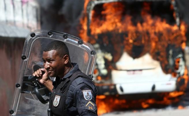 Разярени демонстранти в Бразилия палиха коли