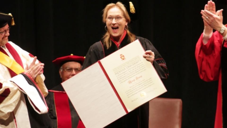 Mерил Стрийп по време на връчването на докторската ѝ степен в университета в Индиана, 16 април 2014 г.