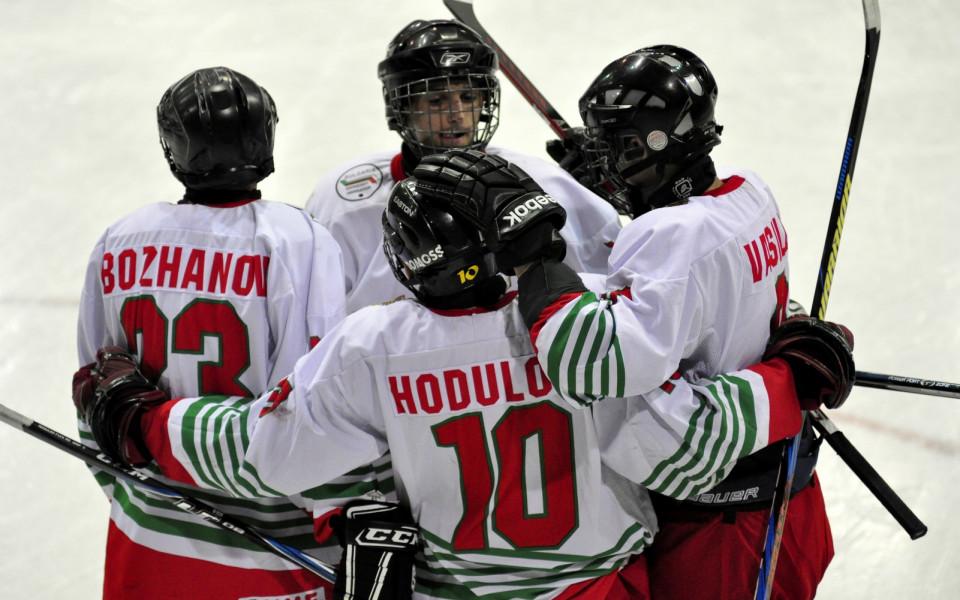 България завърши с победа на световното по хокей за юноши
