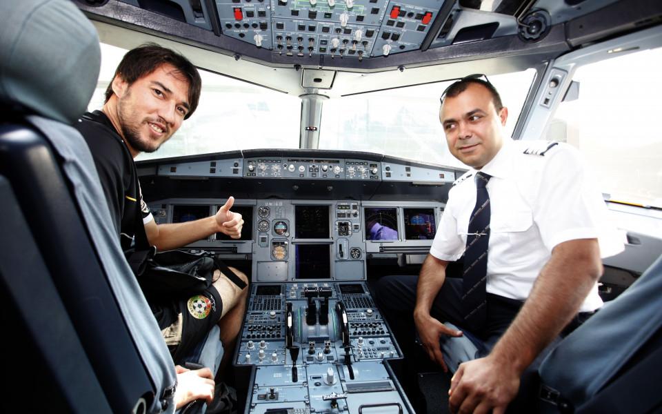 СНИМКИ: Ивелин Попов вдигна самолета на националите
