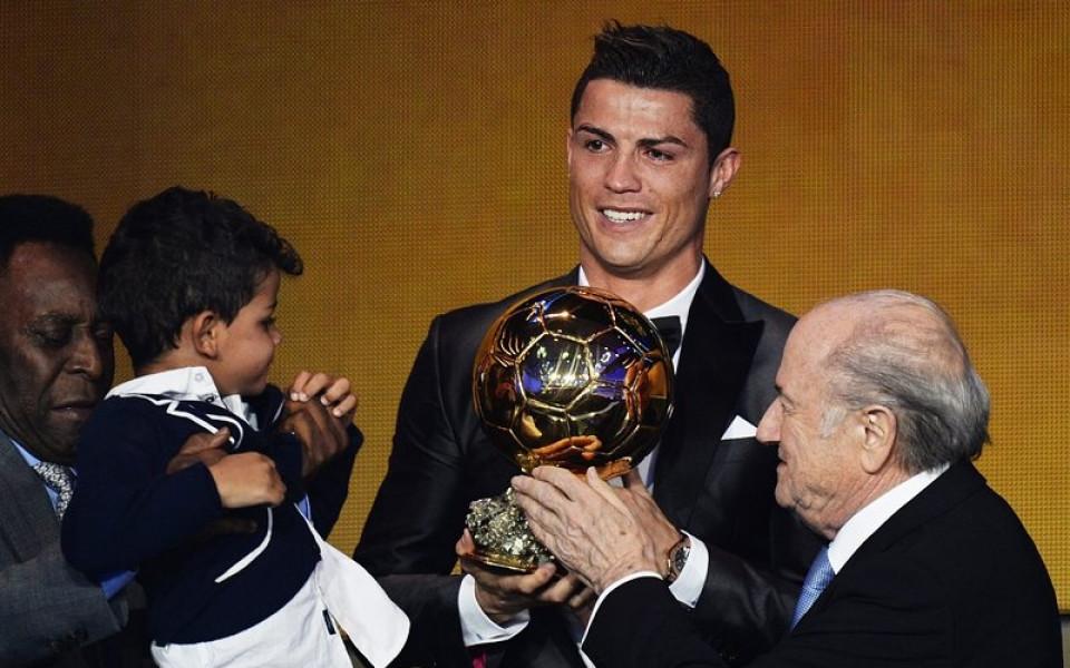 ВИДЕО: Кристиано Роналдо е новият носител на Златната топка!