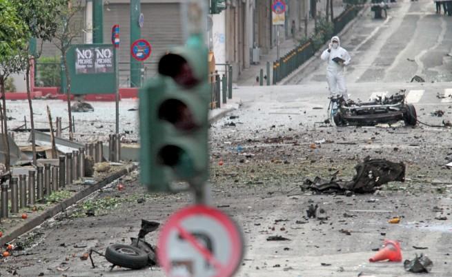 При взривяването на кола бомба пред гръцката централна банка за щастие нямаше жертви