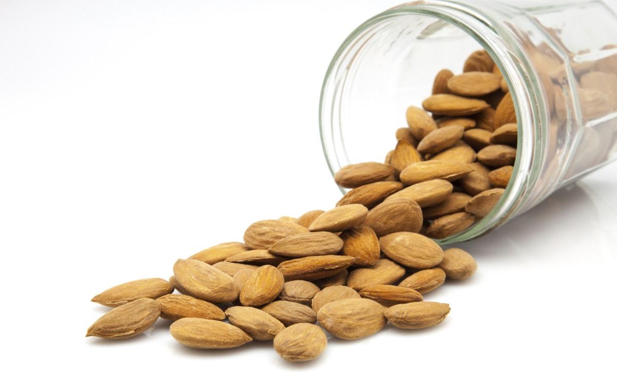 <p><strong>Бадеми</strong></p>  <p>Те са източник на протеини и на витамин Е, освен това са богати на фибри. Средно жените се нуждаят от около 25-28 грама фибри на ден, така че малка шепа бадеми ще им помогне да постигнат тази цел.</p>