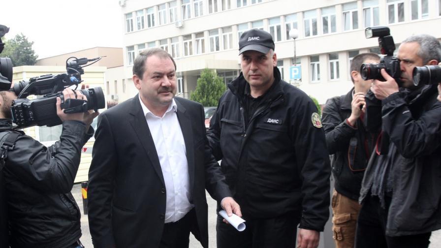 Веселин Пенгезов пред сградата на ДАНС