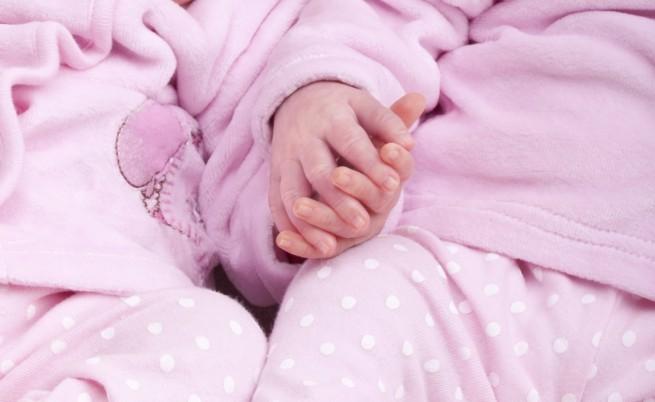 Близнаци се родиха хванати за ръце