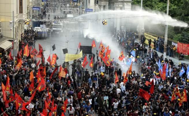 Сълзотворен газ срещу протестиращи в Турция