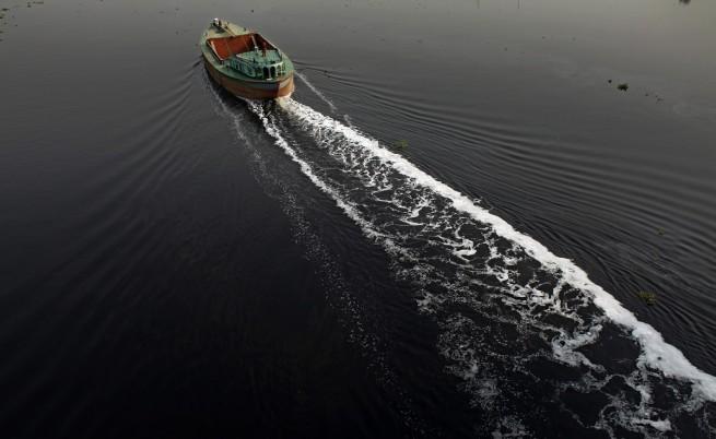 Ферибот се преобърна в Бангладеш, има жертви