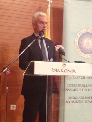 Сидеров държи реч по време на конференцията в Солун на ИПАП, 11 май 2014 г.
