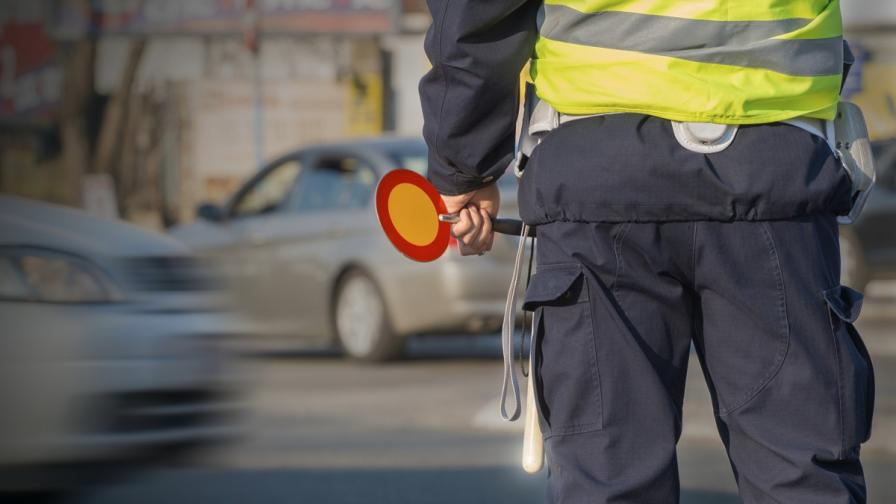 Клип изобличи пътен полицай, искал подкуп