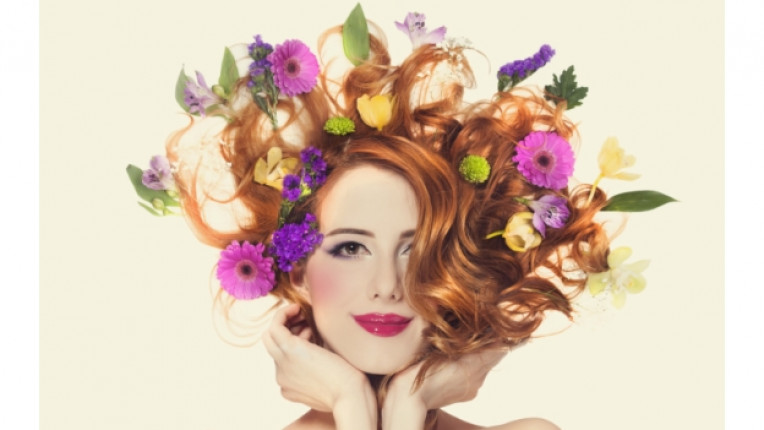 жена коса цветя пролет