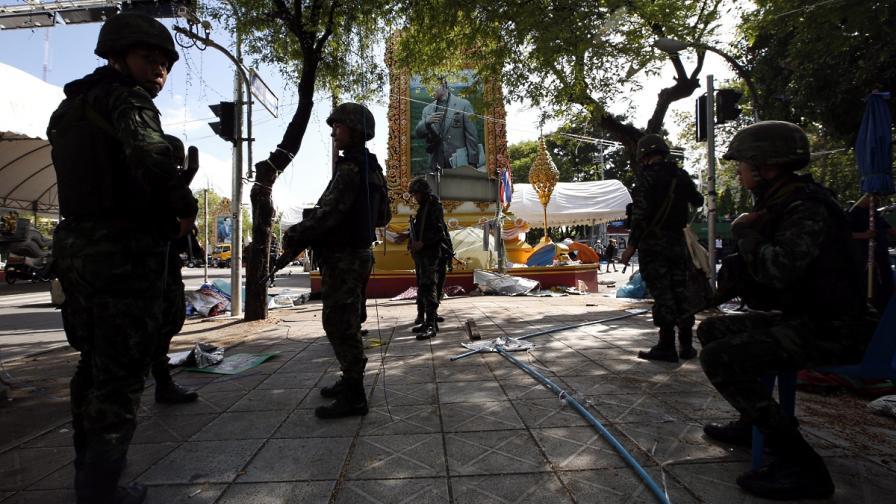 Тайландската армия задържа бившия премиер Инглук Шинаватра
