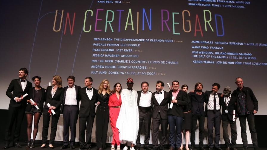"""Лауреати в раздела """"Особен поглед"""" и членове на журито позират след раздаването на наградите"""