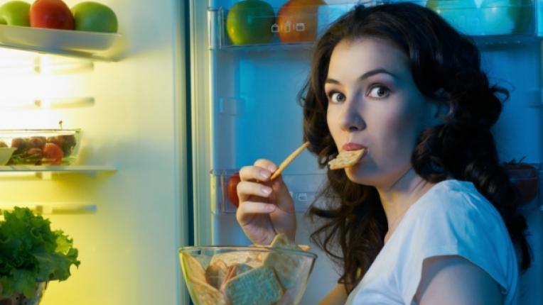 хладилник храна нощ