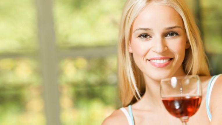 вино червено усмивка жена