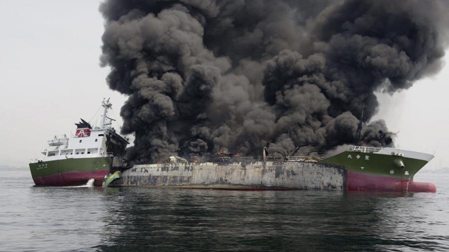 Танкер потъна край Япония след експлозии на борда