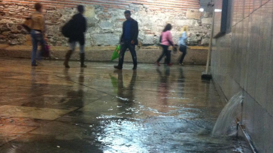 Столичен автобус се наводни по време на пороя (видео)