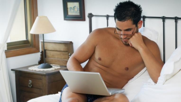 мъж легло завивки лаптоп интернет компютър