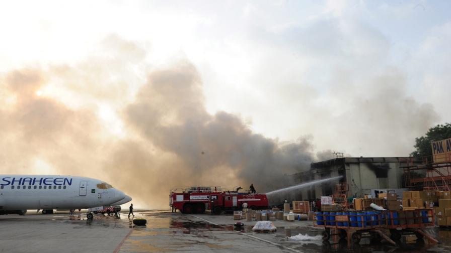 Атакуваха летището в Карачи, над 20 загинали