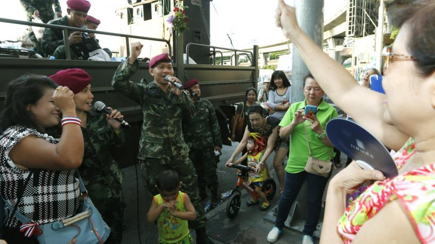"""Тайландски военни забавляват местни жители по проекта """"Да върнем щастието на хората"""""""