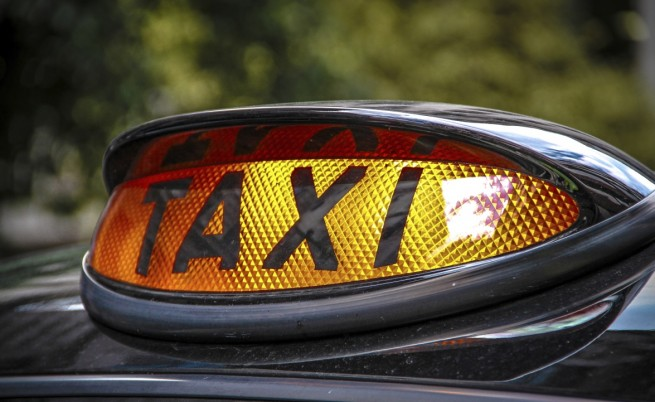 Властите погват такситата