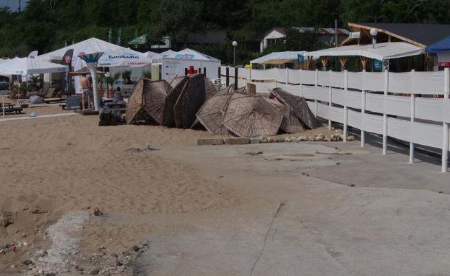 Оградата около плажа Кабакум