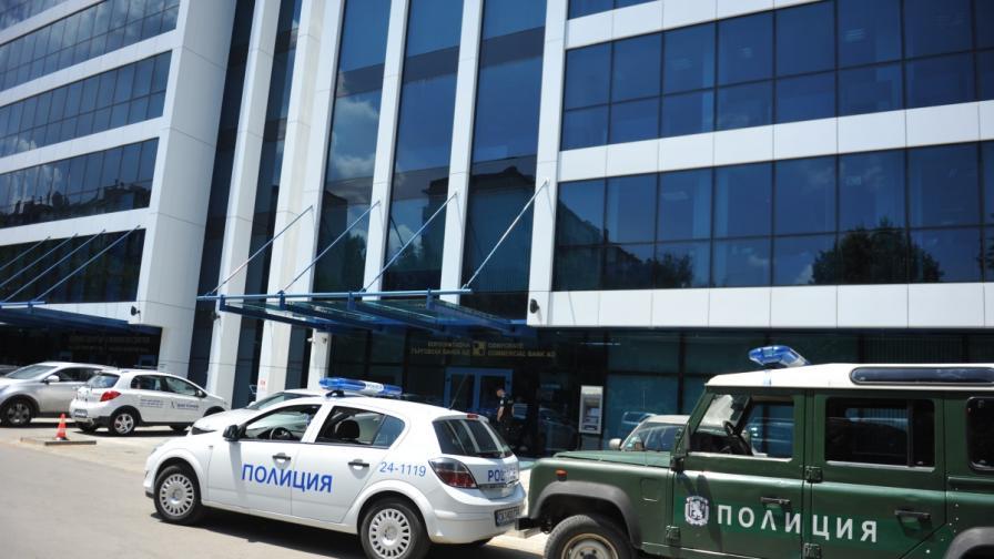 Над 50 прокурори, следователи и полицаи участват в обиските на офисите на КТБ