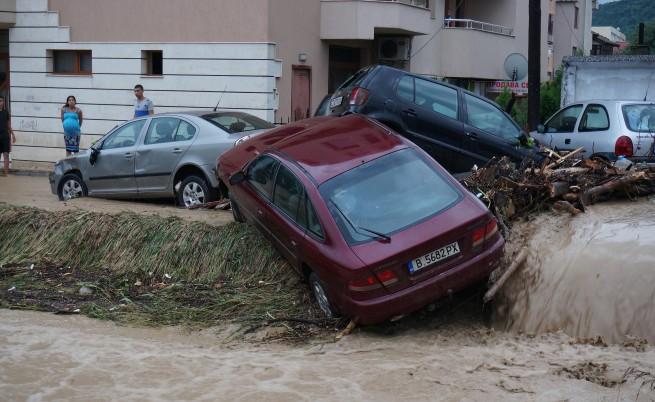 Властта реагира със свади на бедствието във Варна