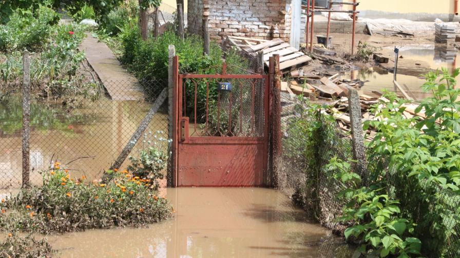 Борбата с последствията от бедствията в Добрич и Варна продължава