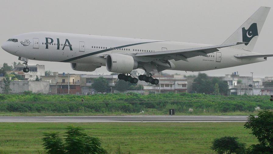 Пакистан: Неизвестни откриха огън по пътнически самолет