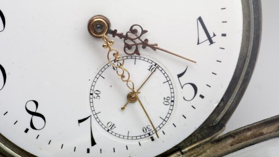 Официален часовник в Боливия тръгна наляво
