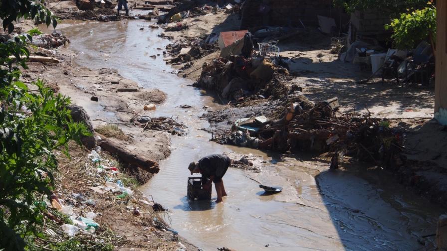 Българи и роми след потопа - помагаме ли си, или си пречим