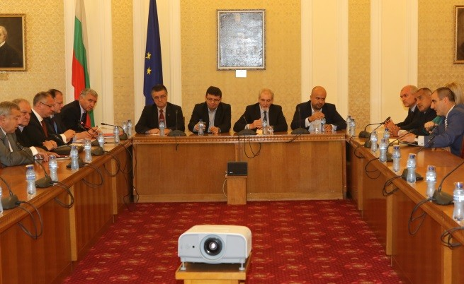 Консултациите между ГЕРБ, БСП и ДПС в парламента