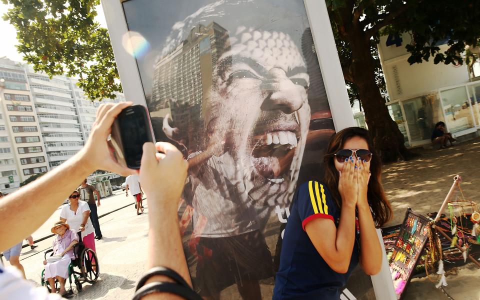 Фенове се шегуват с фланелката на Суарес в Барса