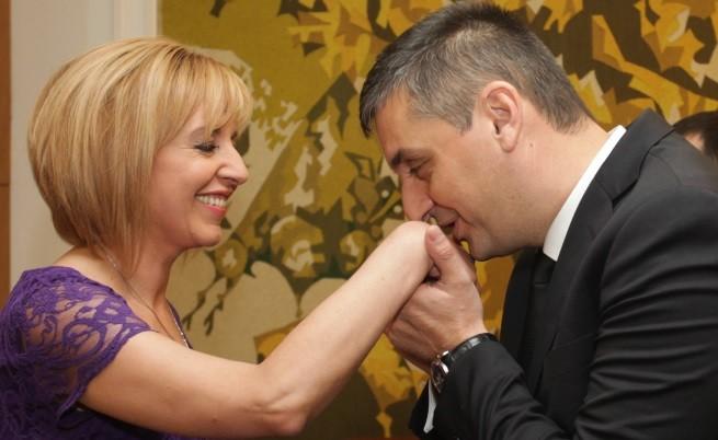 Кирил Добрев целува ръка на Мая Манолова на рождения й ден - 7 май