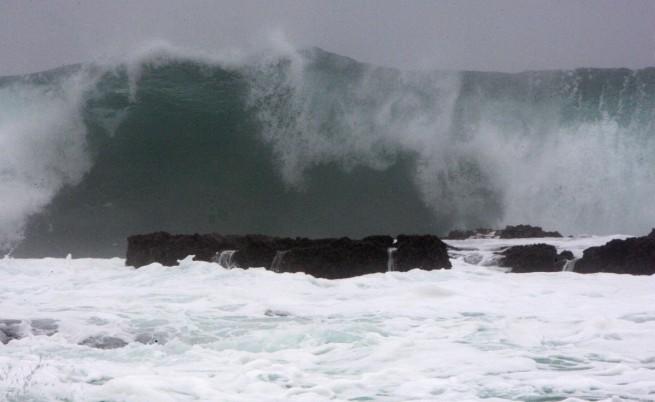 Огромните вълни, причинени от Неогури край Корея