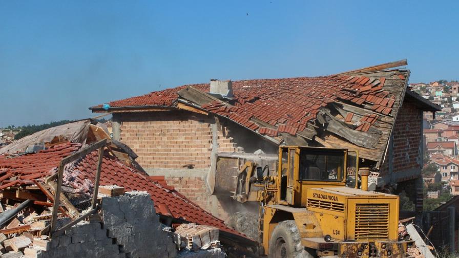Разрушиха 13 незаконни постройки в Бургас